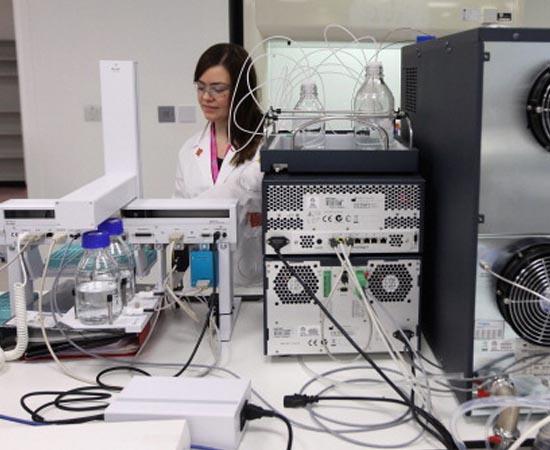 Informática Biomédica - É a área que cuida do desenvolvimento de softwares e equipamentos eletrônicos para serem usados nas áreas biológica e médica.