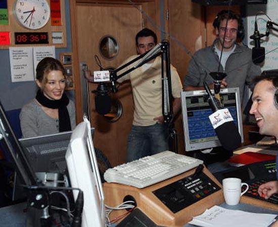 RÁDIO E TV - São as atividades ligadas à criação, à produção, à edição e à direção de programas de rádio e TV.