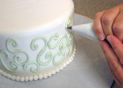 Tem quem comece decorando os bolos das festas de aniversário dos filhos, seja para economizar uma grana ou para se distrair mesmo. Os mais talentosos podem mudar de profissão: que tal ser um decorador de bolos?  (Fotos: Wikimedia Commons)