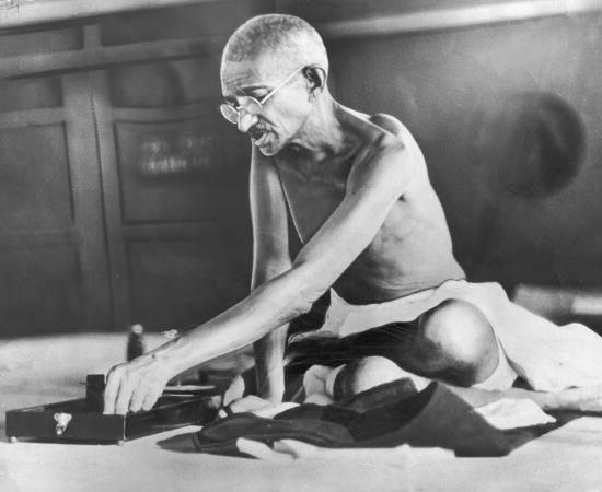 DESCOLONIZAÇÃO AFRO-ASIÁTICA - Estude sobre Mahatma Gandhi, a guerra da Argélia, a guerra da República Democrática do Congo e a guerra de Angola.