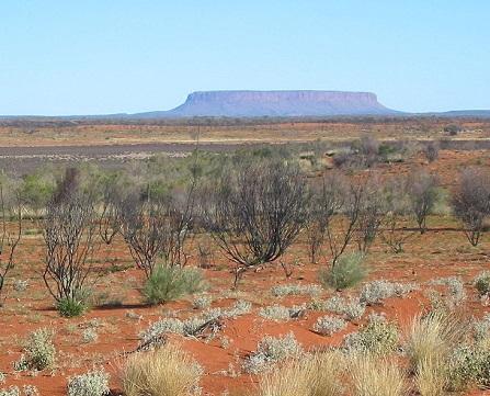A maior parte do território australiano é coberto por desertos e tem clima subtropical seco. Mas não se engane, também há áreas de clima equatorial e tropical, com florestas tropicais (nas planícies do norte) e clima temperado (nas regiões sudeste e sudoeste do país). (Foto: Wikimedia Commons)