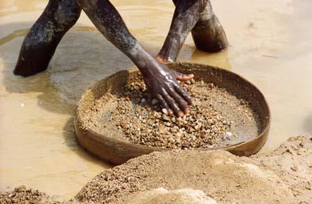 A África tem grandes reservas minerais. Mesmo assim, alguns países enfrentam obstáculos para gerar riquezas. Como são exportadores apenas de gêneros alimentícios e minerais, as nações africanas são mais afetadas pela variação internacional dos preços. (Foto: Wikimedia Commons)