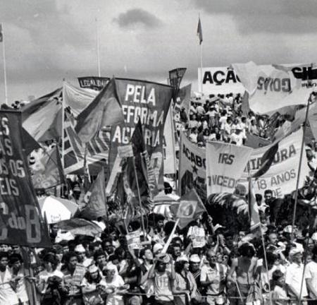 Entre 1983 e 1984 o Brasil viu um dos maiores movimentos civis da história: as Diretas já, que pediam a volta das eleições diretas presidenciais. Apesar do desejo de milhões, a ditadura só acabou mesmo pela eleição indireta de Tancredo Neves.  Foto: Wikimedia Commons