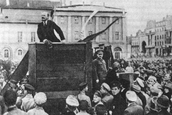 Lenin foi preso e exilado várias vezes antes da revolução de 1917. Na maioria delas, fugiu para a Europa. Foi numa dessas ocasiões que o revolucionário ganhou o apelido que o marcaria para sempre, durante um do períodos que ele passou na Sibéria, na região do rio Leno.