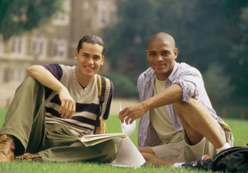 dois-rapazes-sentados-grama.jpg