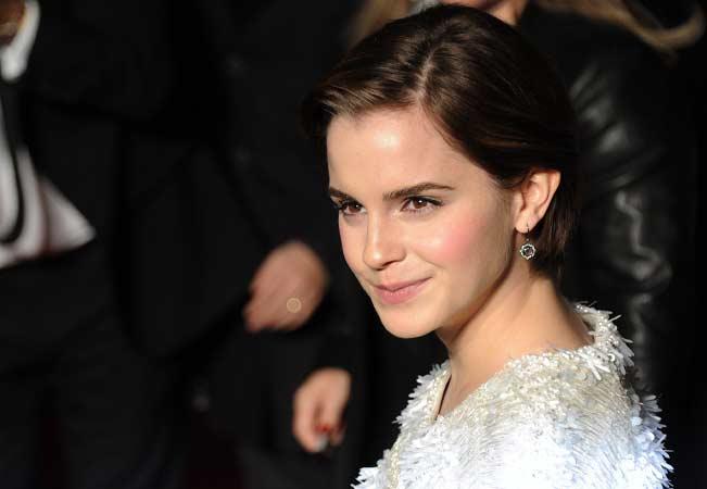 A atriz Emma Watson se formou em literatura inglesa na<span></span>Universidade de Brown<span>, nos Estados Unidos, e já declarou que ama estudar e não pretende abandonar a vida acadêmica.</span>