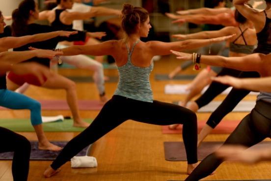 Hoje, as pessoas se preocupam mais com saúde. Você pode trabalhar então como instrutor de esportes. Yoga, pilates, surfe e tênis são modalidades em alta e que dão um bom retorno financeiro. (Imagem: Getty Images)