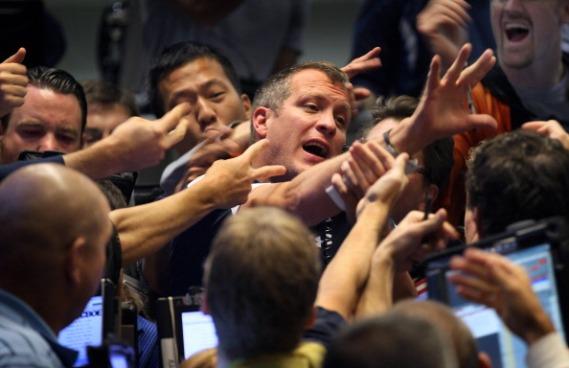 Os homens e mulheres das bolsas de valores têm a possibilidade de viajar pelo mundo. Bancos internacionais, como Credit Suisse e JP Morgan têm filiais em vários países. Os lugares mais fáceis de você conseguir uma colocação são Nova York, Xangai, Cingapura, Zurique e Hong Kong. (Imagem: Getty Images)