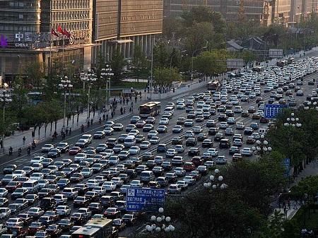 O desmatamento e a falta de áreas verdes pioram o problema da poluição atmosférica. Mas o automóvel é um dos maiores vilões. A poluição do ar nas grandes cidades causa mortes e vários problemas de saúde na população. (Foto: Wikimedia Commons)