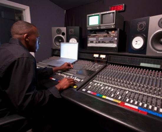 Engenharia Acústica - É o conjunto de conhecimentos usado para desenvolver novos sistemas eletro acústicos e para determinar a intensidade de ruídos e vibrações.
