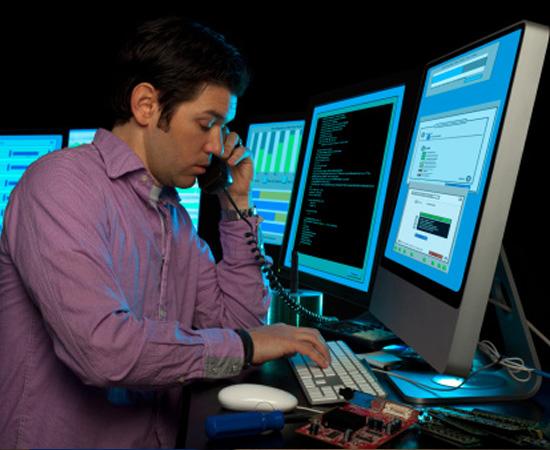 Engenharia da Computação - É o conjunto de conhecimentos usados no desenvolvimento de computadores e seus periféricos. O engenheiro da computação projeta e constrói computadores, periféricos e sistemas que integram hardware e software.