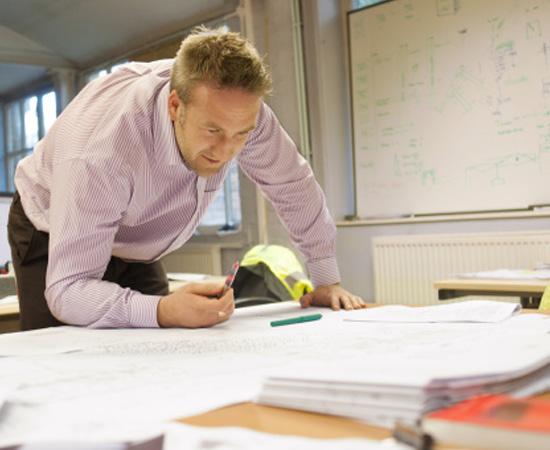 Engenharia Física - É a aplicação de conhecimentos da Física na pesquisa e no desenvolvimento de materiais e tecnologias.