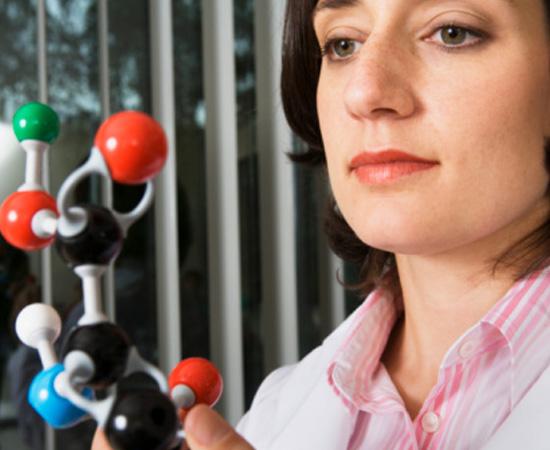 Engenharia Química - É a área da engenharia voltada para o desenvolvimento de processos industriais que empregam transformações físico-químicas.