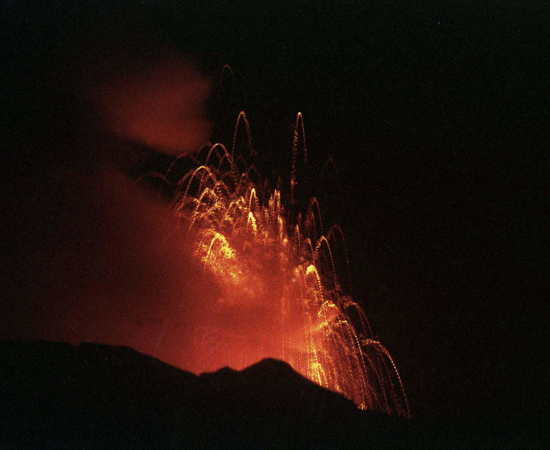PROTEROZOICA - Estima-se que essa era geológica teve início a cerca de 2,5 bilhões de anos atrás e findou-se há 550 milhões de anos. Durante esse período ocorreu intensa atividade vulcânica, promovendo o deslocamento do magma do interior da Terra para a superfície, que deu origem aos grandes depósitos de minerais metálicos, como, por exemplo, ferro, manganês, ouro, etc. Durante o Proterozoico ocorreu grande acúmulo de oxigênio na atmosfera. Também foi aí que surgiram as primeiras formas de vida unicelulares avançadas.