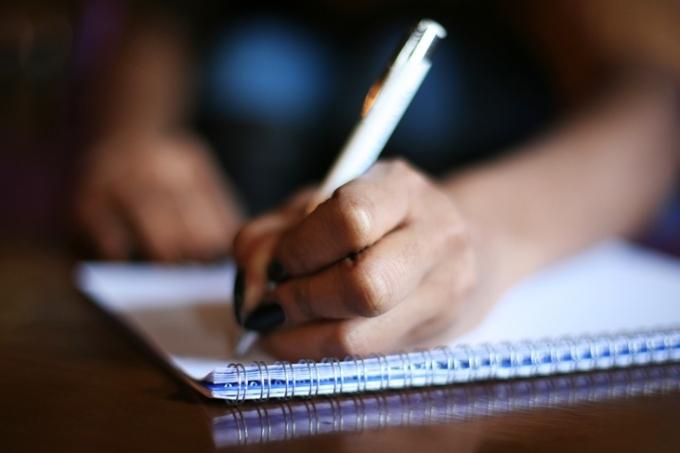 escrevendo-redacao-caderno-espiral.jpg