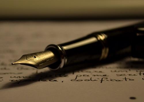Gosta de escrever? Um escritor pode publicar os próprios livros, trabalhar como escritor-fantasma (escrevendo em nome de outra pessoa), escrever artigos para portais, jornais e revistas e roteiros para televisão e cinema. (Foto: Wikimedia Commons)