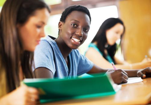 estudante-sorri-foto-mesa-estudos.jpg
