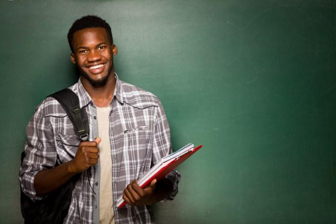 estudante-sorrindo-lousa.jpg