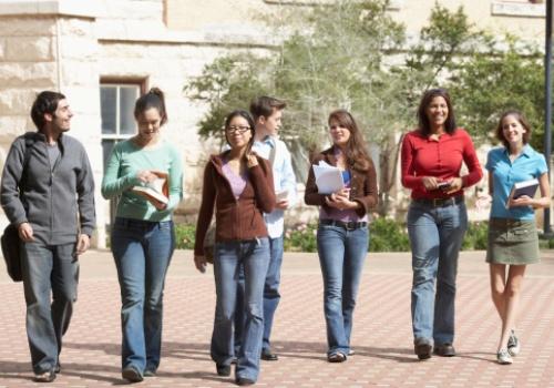 estudantes-caminham-juntos.jpg