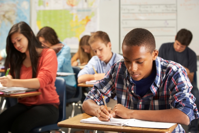 estudantes-concentrados-sala-prova.jpg