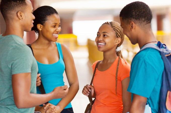 estudantes-corredor-escola.jpg