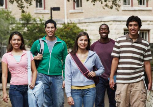 estudantes-grupo-andando.jpg