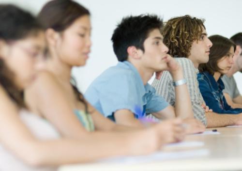 estudantes-olham-atentos-frente.jpg
