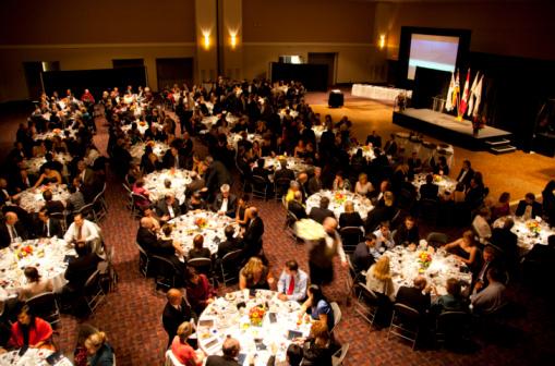 O profissional pode organizar e coordenar eventos de lazer ou negócios.