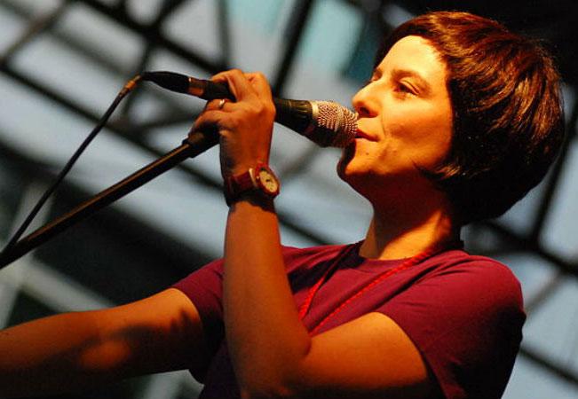 A cantora Fernanda Takai se formou em Rádio e TV pela Universidade Federal de Minas Gerais (UFMG)
