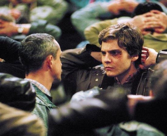 Adeus, Lênin! (2002) - Em 1989, pouco antes da queda do muro de Berlim, a Sra. Kerner passa mal, entra em coma e fica desacordada durante os dias que marcaram o triunfo do regime capitalista. Quando ela desperta, em meados de 1990, sua cidade, Berlim Oriental, está sensivelmente modificada. Seu filho Alexander, temendo que a excitação causada pelas drásticas mudanças possa lhe prejudicar a saúde, decide esconder-lhe os acontecimentos. Enquanto a Sra. Kerner permanece acamada, Alex não tem muitos problemas, mas quando ela deseja assistir à televisão ele precisa contar com a ajuda de um amigo diretor de vídeos.