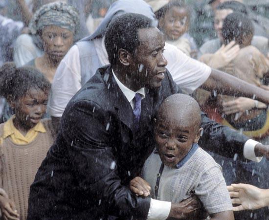 Hotel Ruanda (2004) - Em 1994 um conflito político em Ruanda levou à morte de quase um milhão de pessoas em apenas cem dias. Sem apoio dos demais países, os ruandenses tiveram que buscar saídas em seu próprio cotidiano para sobreviver. Uma delas foi oferecida por Paul Rusesabagina, que era gerente do hotel Milles Collines, localizado na capital do país. Contando apenas com sua coragem, Paul abrigou no hotel mais de 1200 pessoas durante o conflito.
