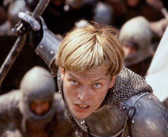Joana d'Arc de Luc Besson (1999) - Conta a história de uma jovem que inspira e lidera seus conterrâneos até sua execução aos 19 anos. Criada em uma família religiosa, Joana testemunha o estupro e morte da irmã pelas mãos de um exército invasor. Anos depois, com a guerra ainda em curso, Joana vai até seu rei levando uma mensagem que ela atribuiu a Deus: dar-lhe um exército e, em nome de Deus, ela reclamará seu reino de volta.