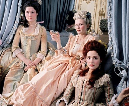 Maria Antonieta (2007) - A princesa austríaca Maria Antonieta é enviada ainda adolescente à França para se casar com o príncipe Luis 16, como parte de um acordo entre os países. Na corte de Versalles ela é envolvida em rígidas regras de etiqueta, ferrenhas disputas familiares e fofocas insuportáveis, mundo em que nunca se sentiu confortável. Praticamente exilada, decide criar um universo à parte dentro daquela corte, no qual pode se divertir e aproveitar sua juventude. Só que, fora das paredes do palácio, a revolução não pode mais esperar para explodir.