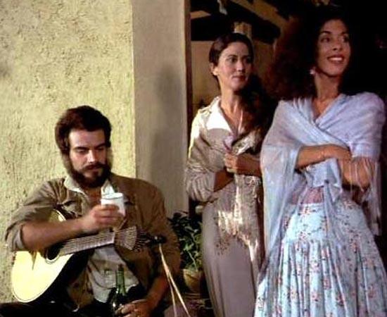 O Cortiço (1978), dirigido por Francisco Ramalho Jr., é baseado no livro homônimo de Aluísio de Azevedo. Moradora de um cortiço de propriedade do português João Romão, Rita Baiana é uma mulher expansiva e liberal. Ao se apaixonar por Jerônimo, jovem lusitano recém-chegado ao Brasil, ela deflagra um jogo de paixões que acaba em tragédia.