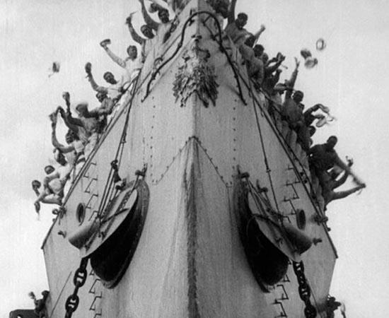 O Encouraçado Potemkin (1925) - Em 1905, na Rússia czarista, aconteceu um levante que pressagiou a Revolução de 1917. Tudo começou no navio de guerra Potemkin quando os marinheiros estavam cansados de serem maltratados, sendo que até carne estragada lhes era dada com o médico de bordo insistindo que ela era perfeitamente comestível. Alguns marinheiros se recusam em comer esta carne, então os oficiais do navio ordenam a execução deles. A tensão aumenta e, gradativamente, a situação sai cada vez mais do controle.