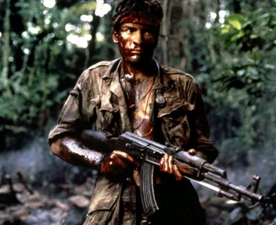 Platoon (1986) - Chris é um jovem recruta recém-chegado a um batalhão americano, em meio à Guerra do Vietnã. Idealista, Chris foi um voluntário para lutar na guerra pois acredita que deve defender seu país, assim como fez seu avô e seu pai em guerras anteriores. Mas aos poucos, com a convivência dos demais recrutas e dos oficiais que o cercam, ele vai perdendo sua inocência e passa a experimentar de perto toda a violência e loucura de uma carnificina sem sentido.