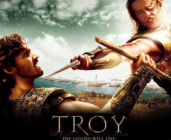 Tróia (2004) - Em1193 a.C., Menelau, rei de Esparta e irmão de Agamenon, organiza um banquete amigável e convida o seu inimigo, o príncipe Heitor, de Tróia. Helena, rainha de Esparta e a mulher mais bonita do mundo, apaixona-se por Paris, o impulsivo irmão de Heitor. Páris rouba Helena de seu marido, o rei Menelau, e a leva para Tróia, uma cidade cercada de muralhas. Em defesa da honra da família, Agamenon convoca todas as tribos da Grécia para trazer Helena de volta. Na verdade, ele também aproveita a situação para garantir a sua supremacia sobre o Império, já que Tróia é uma fortaleza que jamais foi invadida. Aquiles, rebelde e aparentemente invencível, junta-se a Agamenon para atacar Tróia.