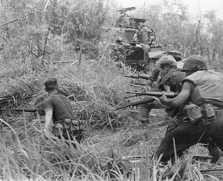 Empossado após o assassinato de Kennedy, em 1963, o presidente Lyndon Johnson ordenou o envio de mais tropas ao Vietnã, impulsionando a escalada da guerra. (Foto: Wikimedia Commons)