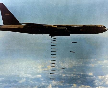 Durante o bombardeio aéreo foram despejadas, de 1965 até 1971, 6,2 milhões de toneladas de bombas nas cidades do Vietnã do Norte. O objetivo era forçar os comunistas a não apoiar a guerrilha vietcongue. Apesar de massacradas, a luta pela independência do vietnã não dava sinais de rendição. (Foto: Wikimedia Commons)