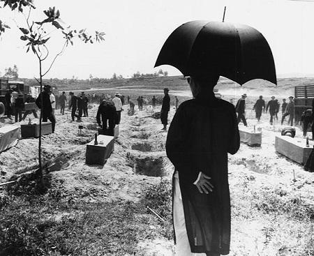 Robert McNamara, o Secretário de Defesa do governo Kennedy, foi quem executou a política anti-comunista do presidente Johnson. Nessa época o tamanho do exército dos Estados Unidos aumentou: de 2.483.000, em 1961, para 3.550.000 homens, em 1965. (Foto: Wikimedia Commons)
