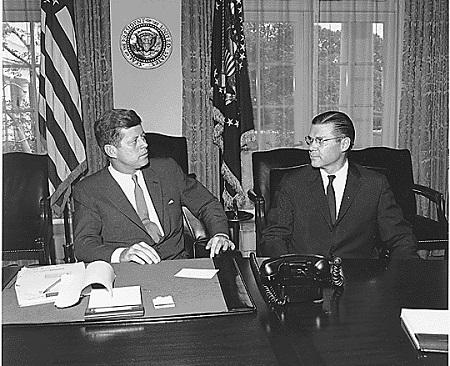 Em 1961, o presidente norte-americano John Kennedy enviou observadores militares para a região. Dois anos depois a CIA patrocinou um golpe contra o impopular Diem, que colocou no lugar uma junta militar. Crescia assim a participação dos Estados Unidos no conflito. (Foto: Wikimedia Commons)