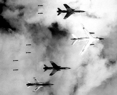 A capital do Vietnã do Sul caiu no dia 30 de abril de 1975, sem luta. O presidente Duong Van Minh pediu a suas tropas que entregassem as armas e evitassem o derramamento de sangue. Horas antes, helicópteros norte-americanos promoveram o embarque apressado dos últimos funcionários da embaixada. (Foto: Wikimedia Commons)