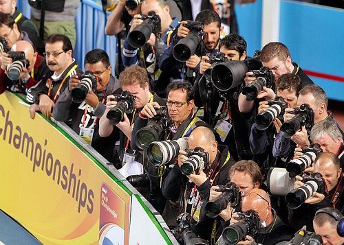 Quem investe tempo aprendendo a fotografar pode trabalhar em jornais, revistas, fotografando pessoas, casamentos e festas ou até mesmo lugares e animais.  (Foto: Wikimedia Commons)