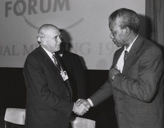 Com o aumento da violência e repressão utilizadas contara os combatentes, organizações internacionais passaram a observar mais de perto o que acontecia na África do Sul. Em 1973, a ONU declarou o apartheid um crime contra a humanidade e, em 1986, os EUA impuseram um embargo contra o país. Enquanto isso, a luta interna se fortalecia. Na década de 1980, a situação se tornou insustentável. O então presidente Frederik de Klerk começou, no início década de 1990, a derrubar as leis segregacionistas. (Foto: Wikimedia Commons)