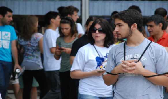 Candidatos esperam a abertura dos portões para fazer a prova da Fuvest neste domingo (27)
