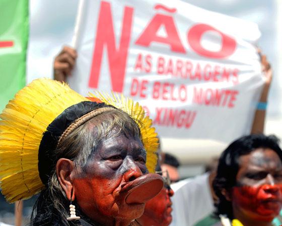 """""""Desenvolvimento e preservação ambiental: como conciliar os interesses em conflito?"""", era o tema da redação de 2001. Na imagem, uma manifestação contra a construção da usina de Belo Monte em frente ao Palácio do Planalto.<span>A redação do Enem é uma das partes mais importantes do exame,</span><span>por isso, é essencial que o estudante se dedique a ela, não importa qual curso queira fazer. Separamos aqui <a href=""""http://guiadoestudante.abril.com.br/blog/redacao-para-o-enem-e-vestibular/5-erros-que-voce-deve-evitar-para-nao-ter-nota-baixa-na-redacao-do-enem/"""" target=""""_blank"""" rel=""""noopener"""">5 erros que você deve evitar na hora do texto</a>. Aproveite e descubra quais são os <a href=""""http://guiadoestudante.abril.com.br/blog/redacao-para-o-enem-e-vestibular/veja-e-evite-10-erros-comuns-de-portugues-na-hora-de-escrever-uma-redacao/"""" target=""""_blank"""" rel=""""noopener"""">10 erros de português mais frequentes em redações</a>.</span>"""