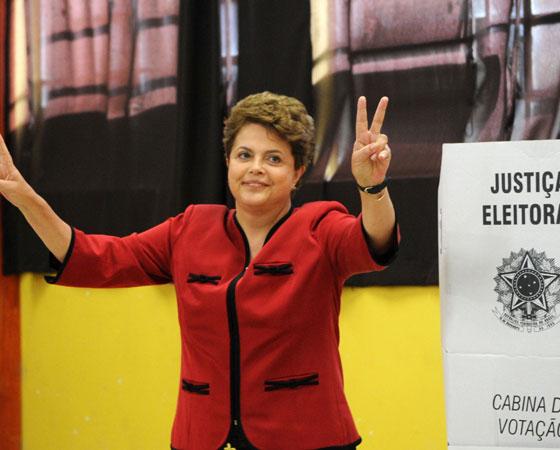 """Em 2002, o Enem questionou aos estudantes: """"O direito de votar: como fazer dessa conquista um meio para promover as transformações sociais que o Brasil necessita?"""". Na foto, a ex-presidente Dilma Rousseff, vota na Escola Estadual de Ensino Médio Santos Dumont. O assunto costuma cair com frequência nos vestibulares. <a href=""""http://guiadoestudante.abril.com.br/blog/atualidades-vestibular/saiba-como-as-eleicoes-podem-cair-no-vestibular/"""" target=""""_blank"""" rel=""""noopener"""">O Guia explica aqui</a> como isso pode ser abordado. Também vale a pena saber mais sobre o processo eleitoral e entender, por exemplo, <a href=""""http://guiadoestudante.abril.com.br/blog/atualidades-vestibular/por-que-o-voto-no-brasil-nao-e-facultativo/"""" target=""""_blank"""" rel=""""noopener"""">por que o voto no Brasil não é facultativo</a>."""