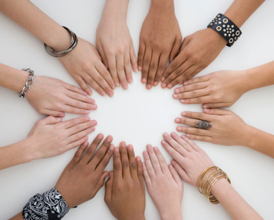 """Em 2007, o Enem propôs aos candidatos uma reflexão sobre a diversidade sócio-cultural, com o tema: """"O desafio de se conviver com as diferenças"""". Você sabia que os corretores costumam detestar algumas atitudes dos estudantes na hora de escrever o texto? <a href=""""http://guiadoestudante.abril.com.br/blog/redacao-para-o-enem-e-vestibular/redacao-no-enem-o-que-aborrece-e-ate-irrita-os-corretores/"""" target=""""_blank"""" rel=""""noopener"""">Veja o que mais irrita o corretor.</a>Aproveite também para entender <a href=""""http://guiadoestudante.abril.com.br/blog/redacao-para-o-enem-e-vestibular/quais-sao-os-erros-de-quem-zerou-a-redacao-do-enem/"""" target=""""_blank"""" rel=""""noopener"""">os principais erros que podem levar uma redação a ter nota zero</a>."""
