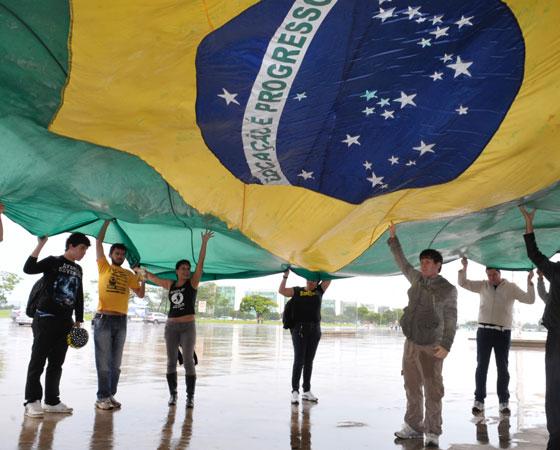 """Em 2009, os estudantes tiveram que escrever sobre o tema: """"O indivíduo frente à ética nacional"""". Na foto, um grupo de pessoas se reúne no Museu da República, em São Paulo, para protestar contra a corrupção. Para falar sobre a temática, é preciso usar bons argumentos e ter uma boa bagagem cultural. Para ajudar o estudante, <a href=""""http://guiadoestudante.abril.com.br/enem/tudo-que-voce-precisa-saber-sobre-a-redacao-do-enem-parte-1-como-se-preparar/"""" target=""""_blank"""" rel=""""noopener"""">explicamos como deve ser feita a preparação</a> para a prova. <a href=""""http://guiadoestudante.abril.com.br/blog/redacao-para-o-enem-e-vestibular/analise-da-redacao-o-individuo-frente-a-etica-nacional-proposta-de-redacao-enem-2009/"""" target=""""_blank"""" rel=""""noopener"""">Nesta análise, publicada no site do Guia</a>, é possível ter ideia do que o exame buscava do estudante naquele ano."""