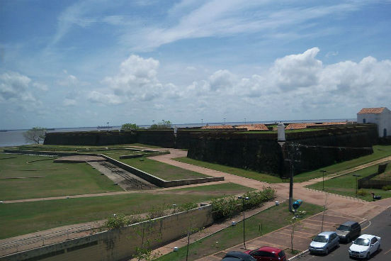 A capital do Amapá tem um salário médio de R$ 2.644,20 e 99.893 assalariados. A cidade tem 6.704 unidades empregadoras. (Imagem: Wikimedia Commons)